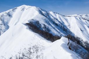 新潟県谷川連峰・タカマタギ山と登山者たちの写真素材 [FYI00481409]