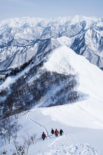新潟県谷川連峰・タカマタギ山を下山する登山者たちの写真素材 [FYI00481413]