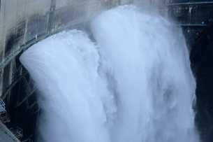 黒部ダム放水の写真素材 [FYI00481454]