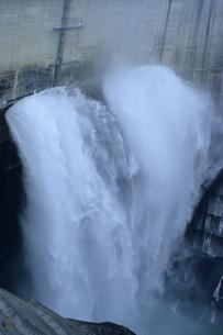 黒部ダム放水の写真素材 [FYI00481457]