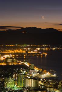 諏訪市の夜景と三日月と金星の写真素材 [FYI00481473]