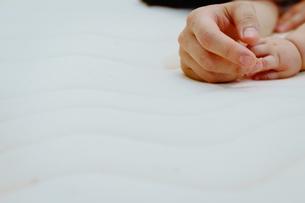 握られた親子の手の写真素材 [FYI00481487]