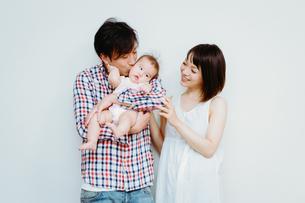 家族三人で写る写真の素材 [FYI00481491]