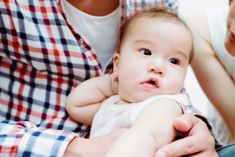 ポージングが決まっている赤ちゃんの素材 [FYI00481493]
