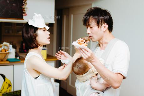 家族の日常、シュークリームを食べるの巻の素材 [FYI00481494]