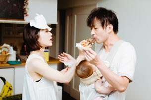 家族の日常、シュークリームを食べるの巻の写真素材 [FYI00481494]