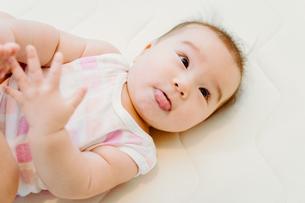 何かに注目している赤ちゃんの素材 [FYI00481497]