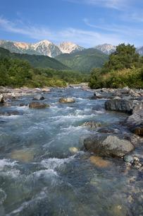 夏の終わりの白馬三山と松川の青い流れの素材 [FYI00481505]
