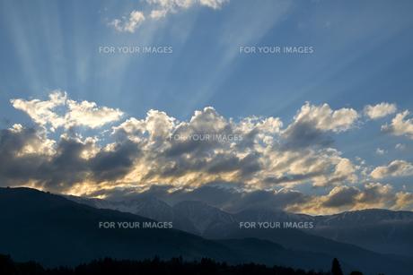 白馬連峰と薄明光線の写真素材 [FYI00481512]