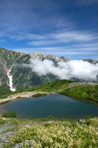 夏の名残の八方池の写真素材 [FYI00481518]