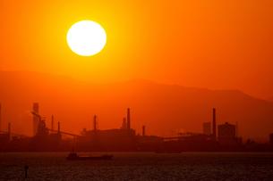 巨大な夕日と東京湾の工場地帯の素材 [FYI00481609]