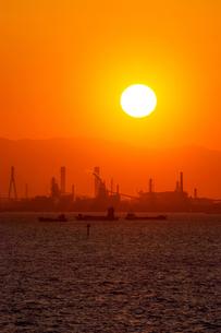 夕日と東京湾の工場地帯の素材 [FYI00481611]