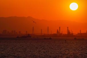 夕日と東京湾と京浜工場地帯の素材 [FYI00481614]