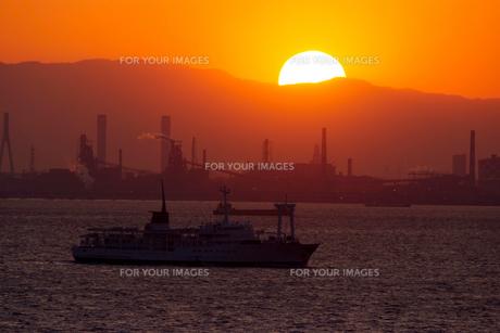 夕日と東京湾の船の素材 [FYI00481617]