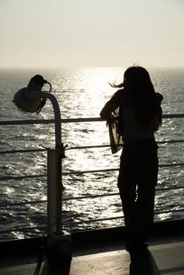 フェリーの甲板で佇む女性の後ろ姿の素材 [FYI00481752]