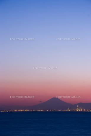 夕暮れの東京湾と富士山の素材 [FYI00481755]