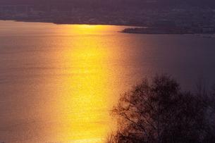 夕照の諏訪湖の写真素材 [FYI00481765]