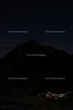 星空の下の剱岳とテント場の灯りの素材 [FYI00481838]