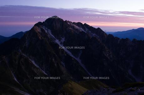 明けゆく空の下の剱岳の素材 [FYI00481844]