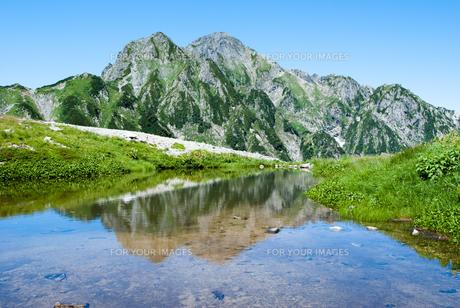 池の脇の剱岳の写真素材 [FYI00481845]