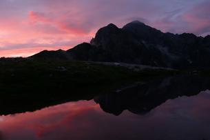 水面に映る夕照の剱岳の素材 [FYI00481857]