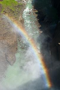 黒部ダム放水と虹の写真素材 [FYI00481863]
