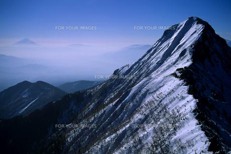 冬の赤岳と富士山(南八ヶ岳連峰) - Mt.Akadake winter of Mount Fuji (South Yatsugatake mountain range)の素材 [FYI00481885]
