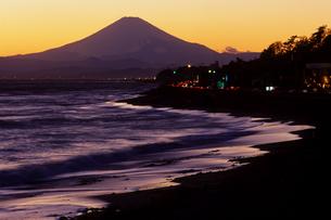 波打ち際の富士山の写真素材 [FYI00481903]