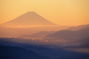朝もやの富士山の写真素材 [FYI00481905]