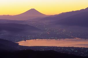 朝もやの富士山と諏訪湖の写真素材 [FYI00481908]