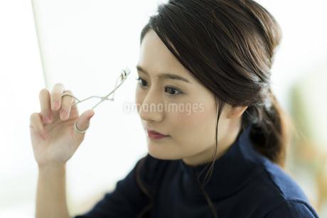 メイクをする女性の写真素材 [FYI00481936]