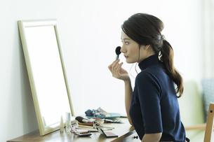 メイクをする若い女性の写真素材 [FYI00481943]