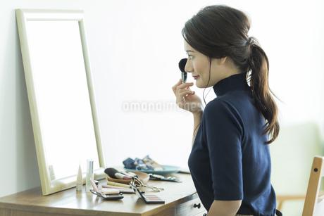 メイクをする若い女性の写真素材 [FYI00481944]