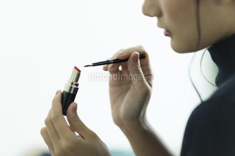 メイクをする女性の手元の写真素材 [FYI00481945]