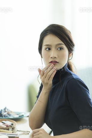 唇を触る女性の写真素材 [FYI00481947]