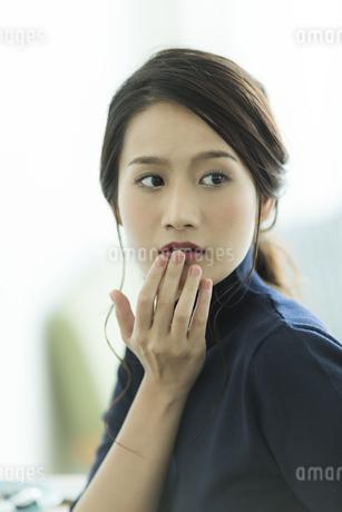 唇を触る女性の写真素材 [FYI00481948]