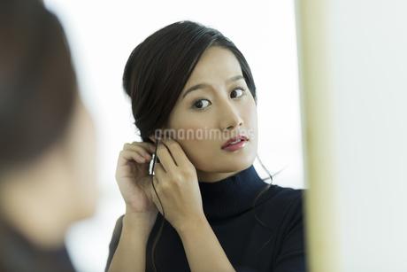 アクセサリーを着ける女性の写真素材 [FYI00481950]
