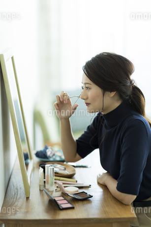 メイクをする女性の写真素材 [FYI00481951]