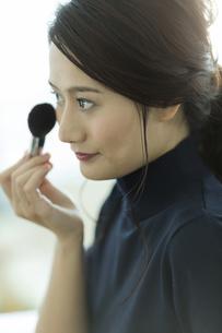 メイクをする若い女性の写真素材 [FYI00481952]