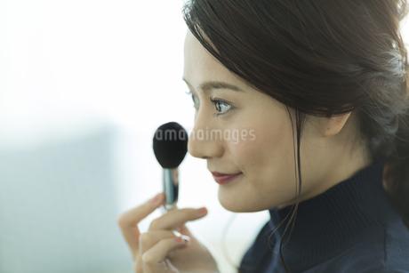 メイクをする若い女性の写真素材 [FYI00481953]