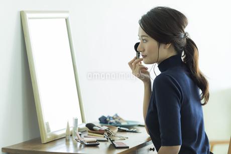 メイクをする若い女性の写真素材 [FYI00481954]