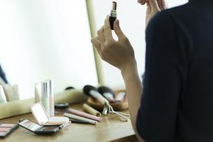 メイクをする女性の手元の写真素材 [FYI00481955]
