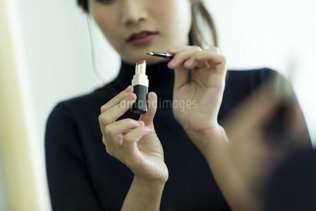 メイクをする女性の手元の写真素材 [FYI00481956]