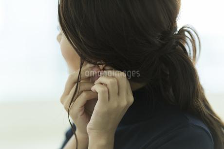 アクセサリーを着ける女性の写真素材 [FYI00481957]