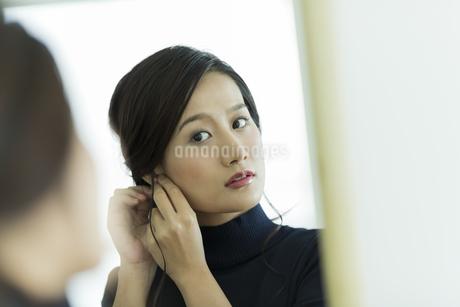 アクセサリーを着ける女性の写真素材 [FYI00481958]