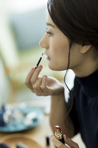 メイクをする女性の写真素材 [FYI00481960]