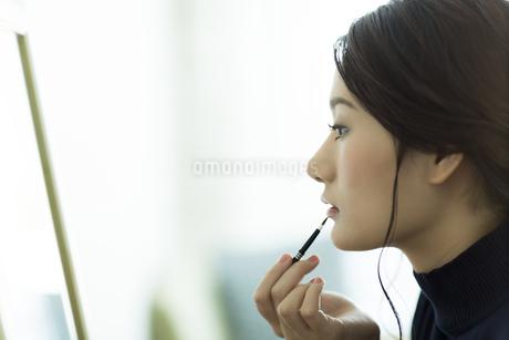 メイクをする女性の写真素材 [FYI00481962]