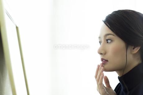 唇を触る女性の写真素材 [FYI00481964]