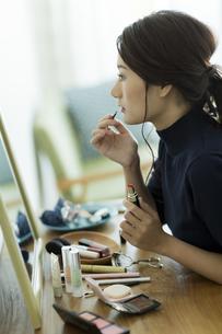 メイクをする女性の写真素材 [FYI00481966]