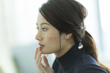 唇を触る女性の写真素材 [FYI00481967]